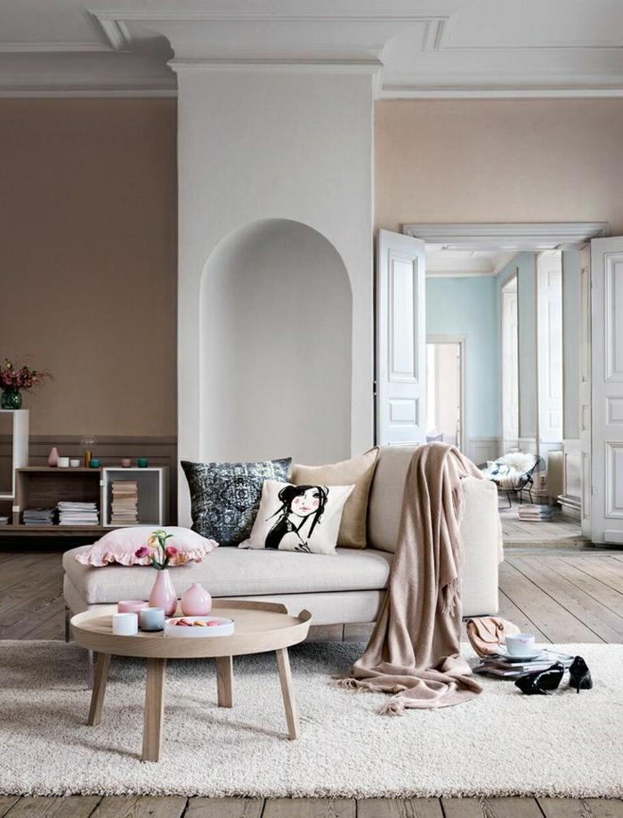 1-intérieur-couleur-taupe-canapé-tapis-beige-table-basse-de-salon-en-bois-mur-taupe