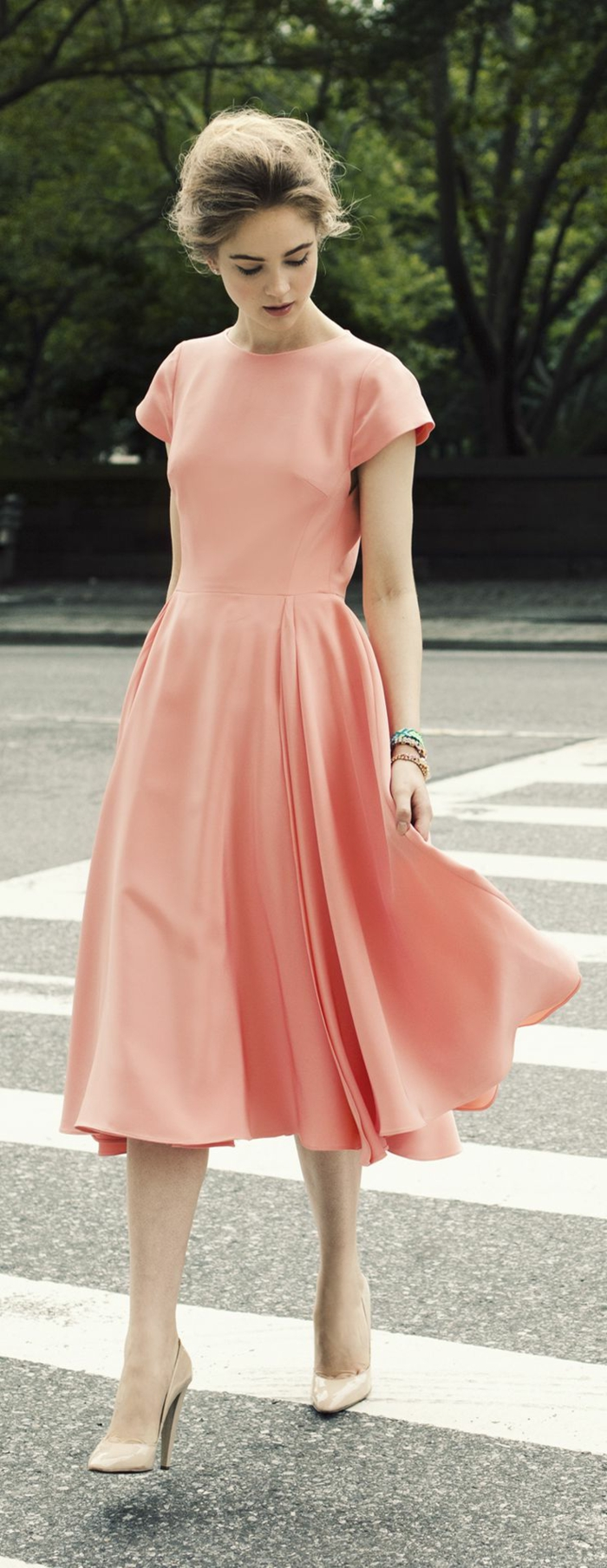 1-joile-robe-ete-rose-femme-march-sur-la-rue-robe-rose-femme-tendance