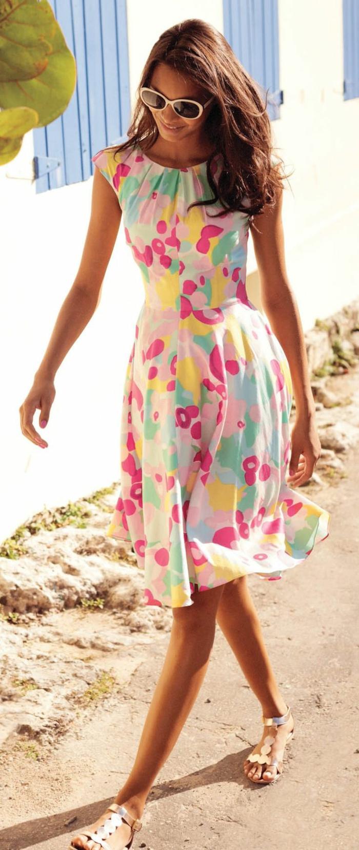 1-jolie-robe-d-été-colorée-lunettes-de-soleil-fille-marche-sur-la-rue