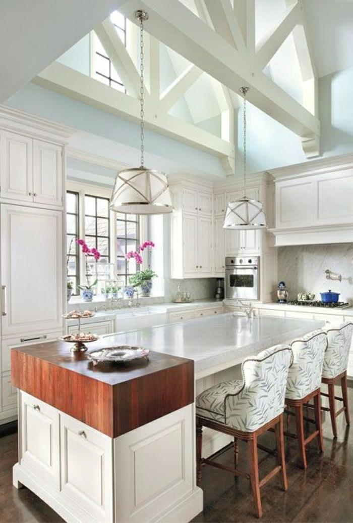 Chambre Parentale Gris Et Bleu :  table haute de cuisine en bois, cuisine vaste, plafond haut
