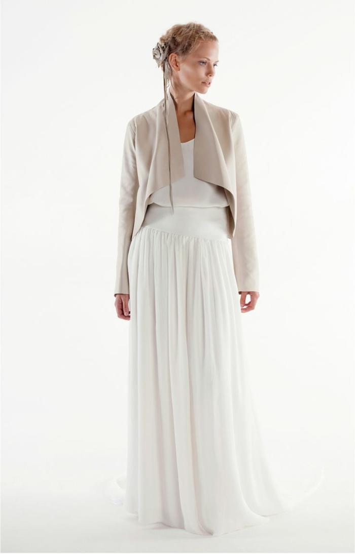 1-la-plus-belle-veste-en-daim-gris-blanc-robe-longue-blanche-femme-blonde