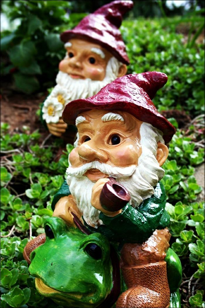 1-les-gnomes-de-jardin-pour-décorer-votre-jardin-chapeau-rouge