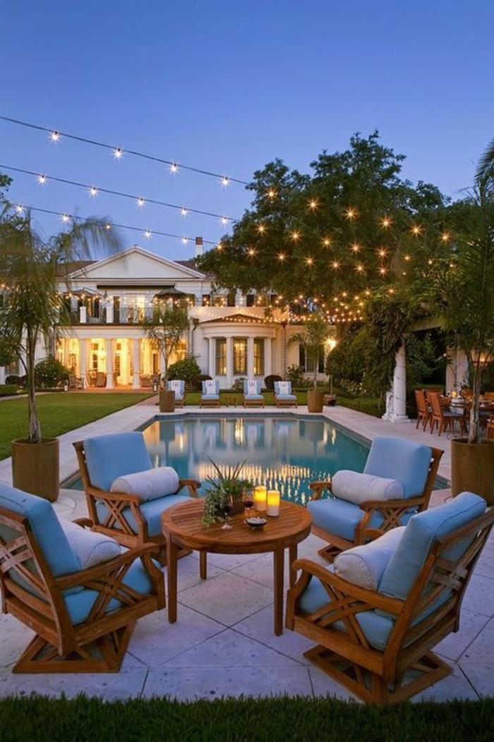 1-luminaires-exterieurs-maison-avec-beaucoup-de-lumiere-pelouse-verte
