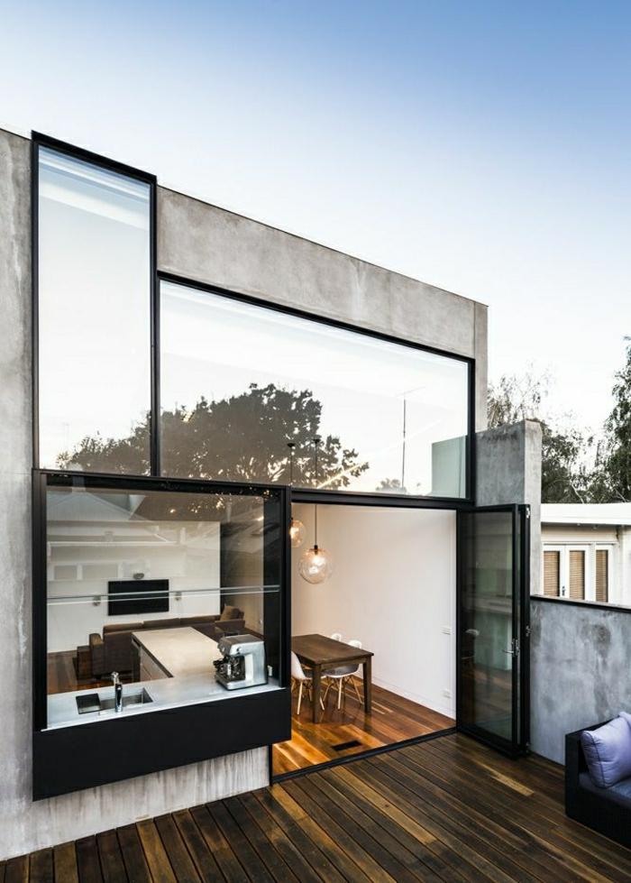 1-maison-atypique-sol-en-parquet-foncé-mur-de-verre-sol-en-parquet-table-en-bois