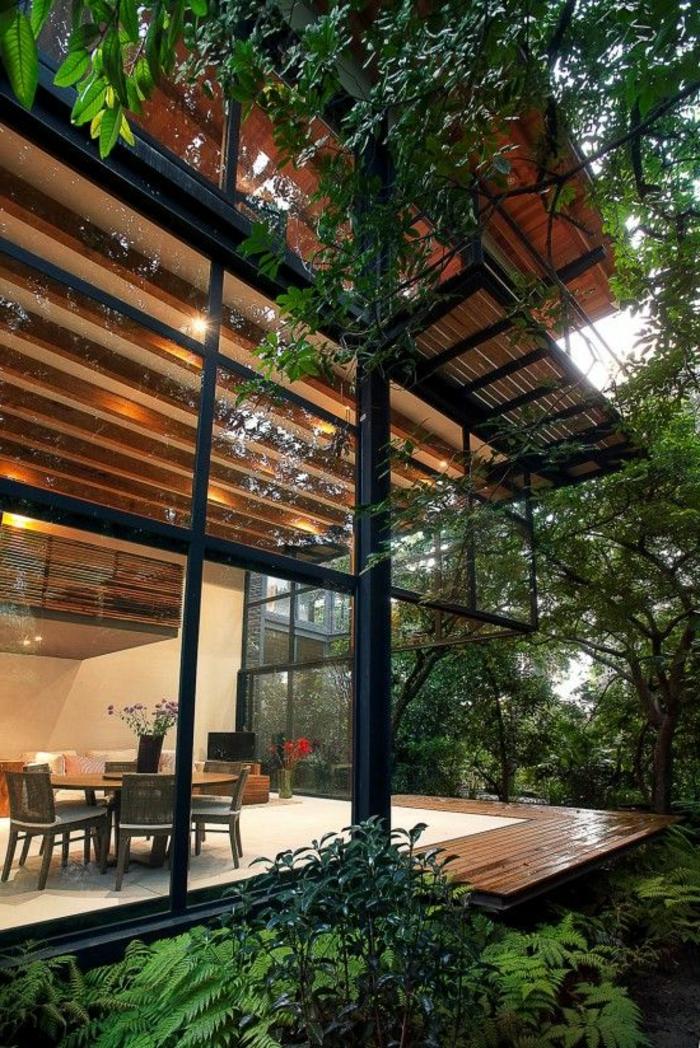 1-maison-en-verre-sol-plancher-en-verre-belle-vue-jardin-vert-cour-grand-pelouse-arbres