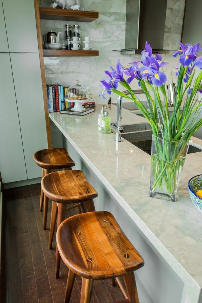 1-meuble-bar-chaise-de-bar-bois-tabouret-en-bois-parquet-foncé-bar-en-marbre