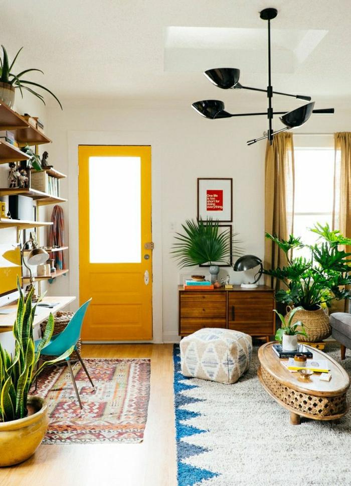 1-meuble-d-entrée-tapis-coloré-porte-en-bois-jaune-tapis-beige-bleu-plantes-vertes