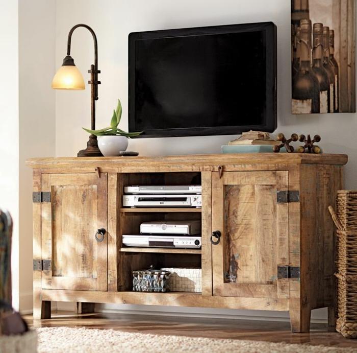 1-meuble-télé-de-style-rustique-en-bois-clair-tv-led-noir-plante-verte-lampe-décorative