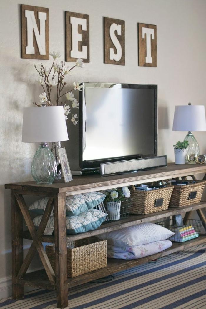 1-meuble-tele-en-bois-foncé-tapis-bleu-beige-lampe-de-chevet-blanche-tv-noir