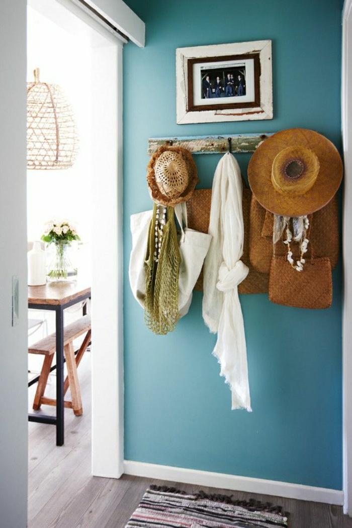 1-mur-bleu-cyan-sol-en-parquet-table-de-cuisine-en-bois-fleurs-tapis-coloré