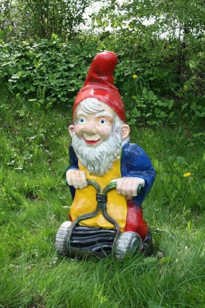 1-nains-jardin-décoration-de-jardin-sculpture-pelouse-verte-nains