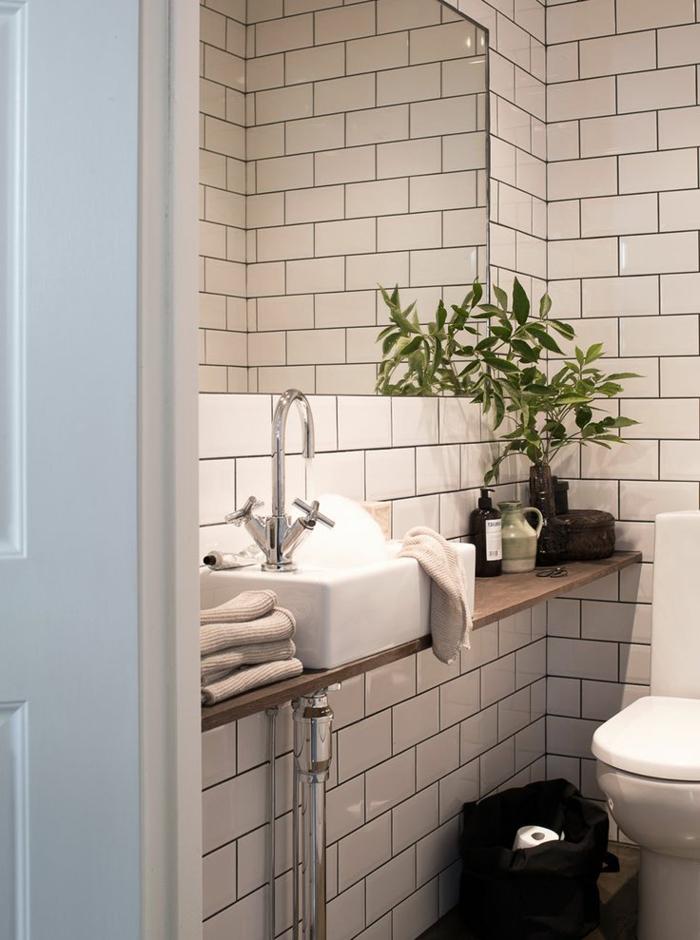 1-objet-salle-de-bain-rétro-carrelage-blanc-mur-de-carrelage-blanc-plante-verte-vasque-classique