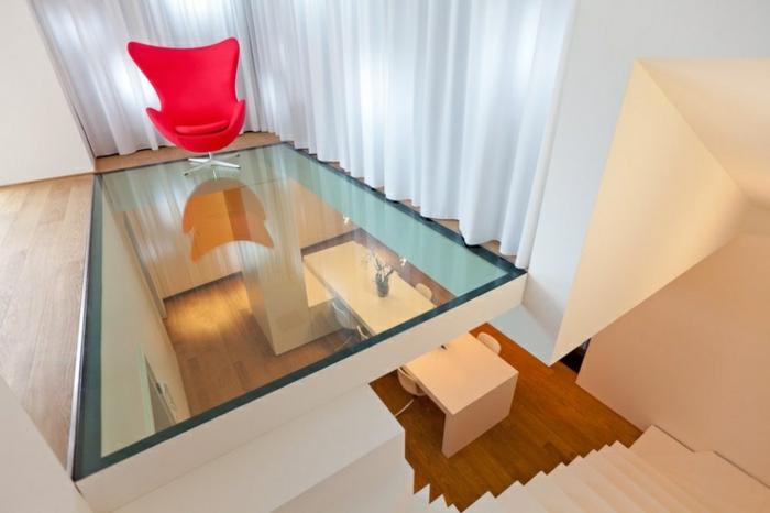 1-plancher-en-verre-sol-transparent-chaise-rouge-aménagement-moderne-maison