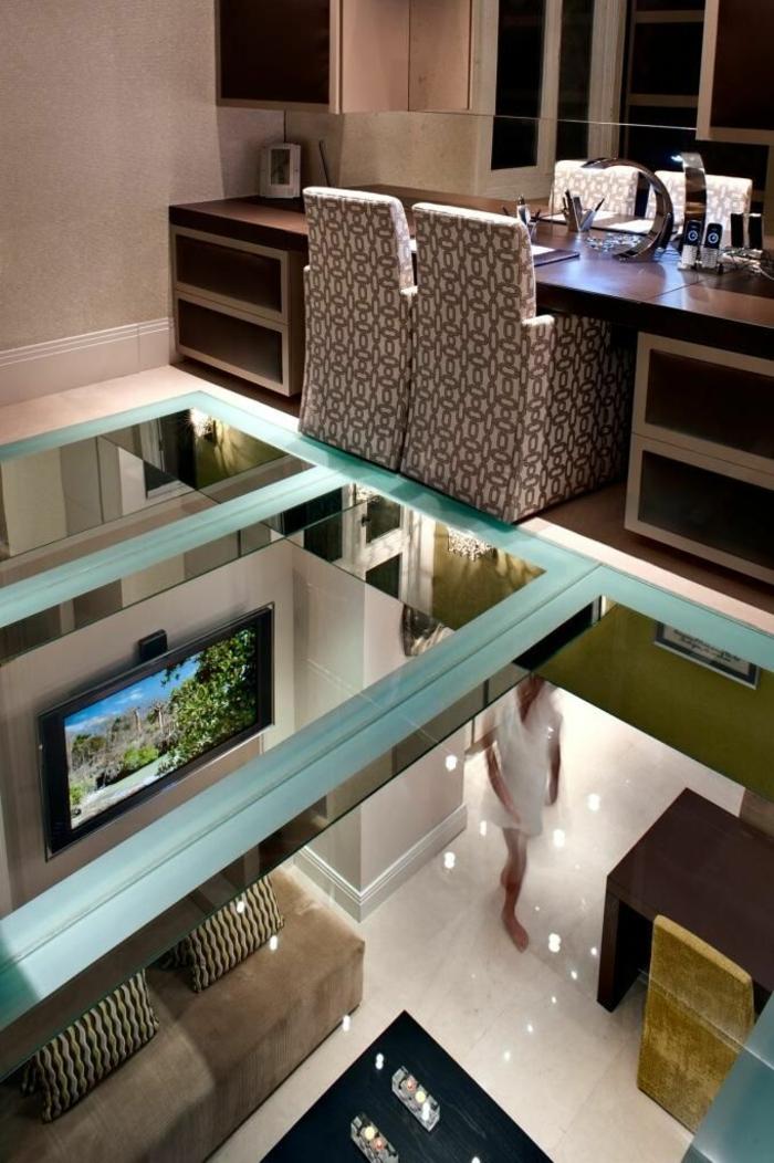 1-plancher-verre-sol-transparent-chaise-aménagement-moderne-maison-salle-de-séjour