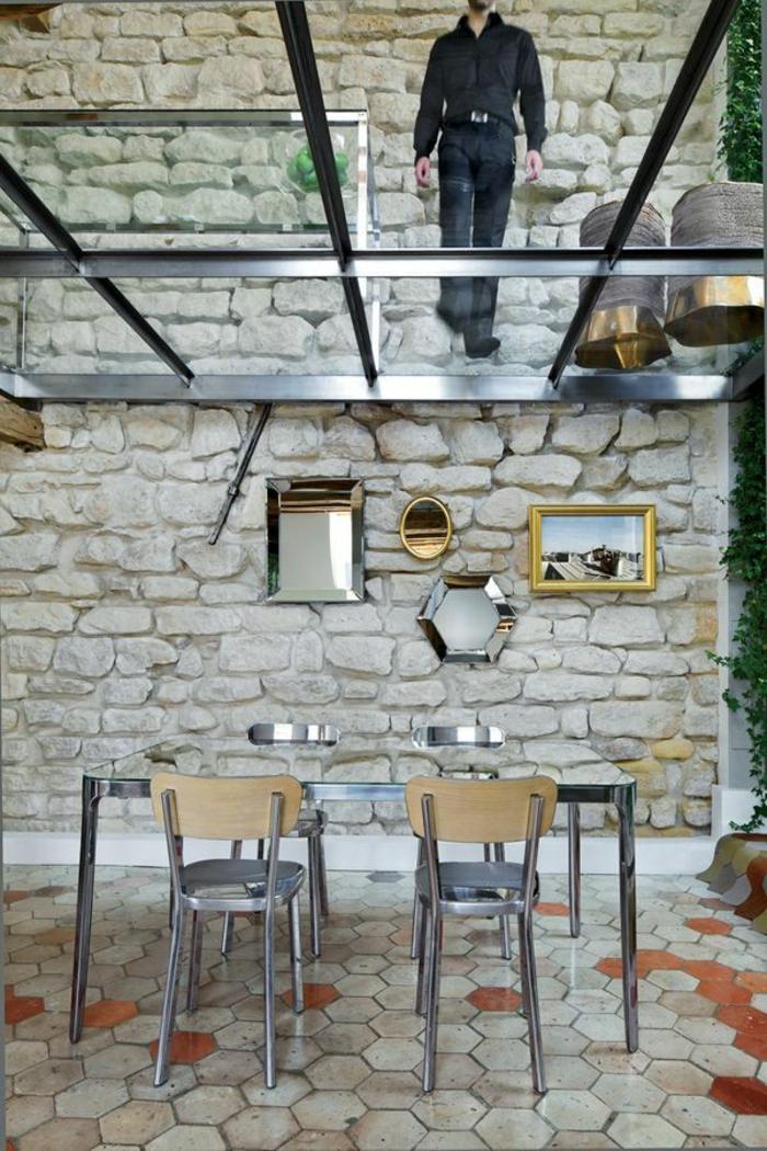 1-plancher-verre-sol-transparent-chaises-aménagement-moderne-maison-salle-de-séjour