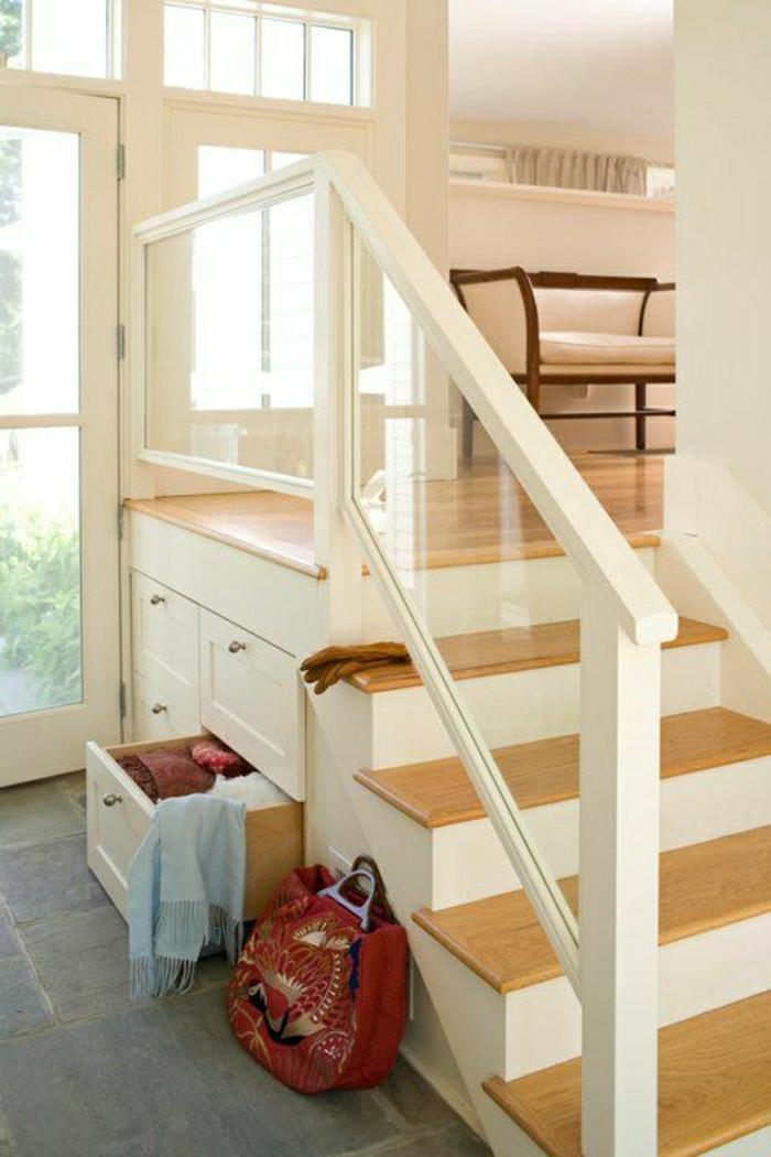 1-rangement-escalier-placard-sous-escalier-couloir-sol-en-carrelage-gris-meuble-sous-escalier
