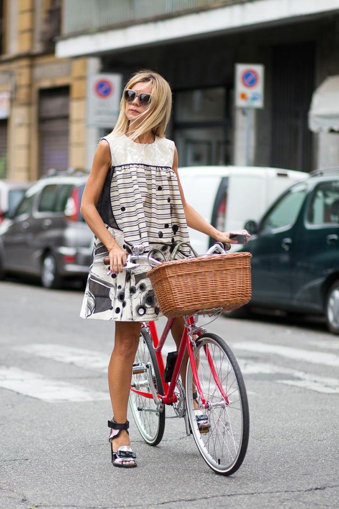 1-robe-d-été-femme-blonde-marcher-sur-la-rue-vélo-lunettes-de-soleil