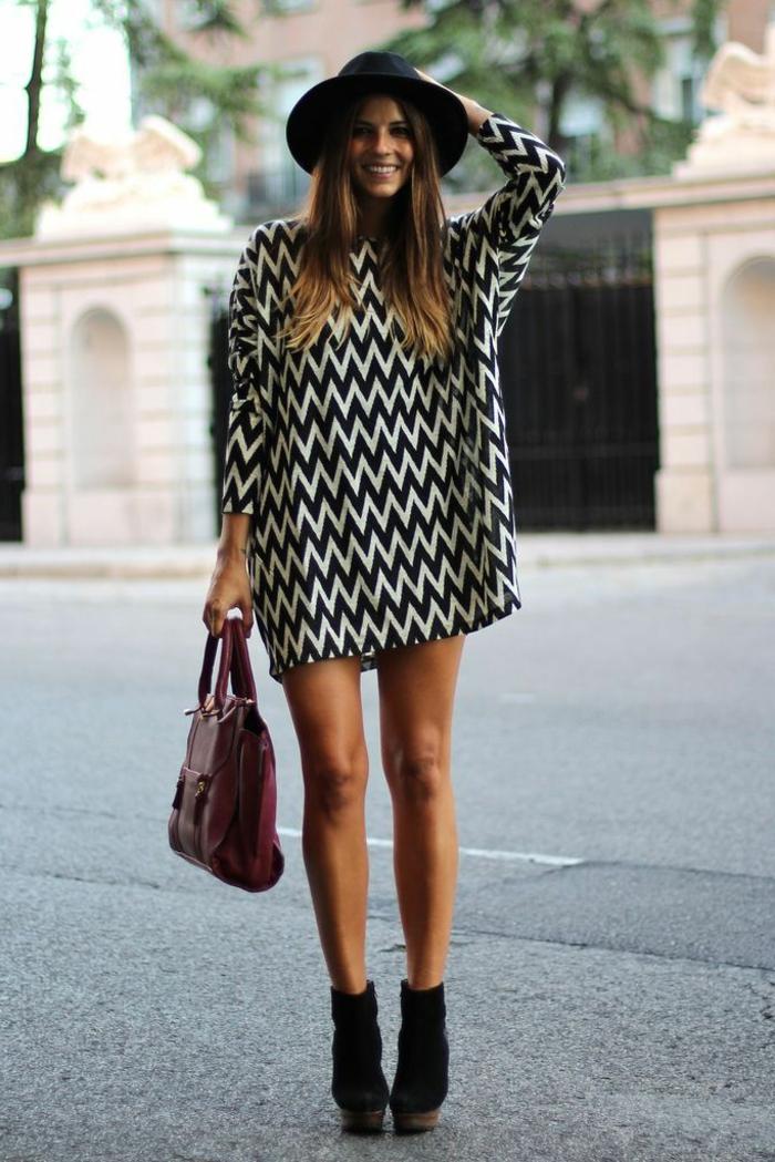 1-robe-d-été-femme-robe-a-rayures-blanc-noir-chapeau-noir-femme-brunette