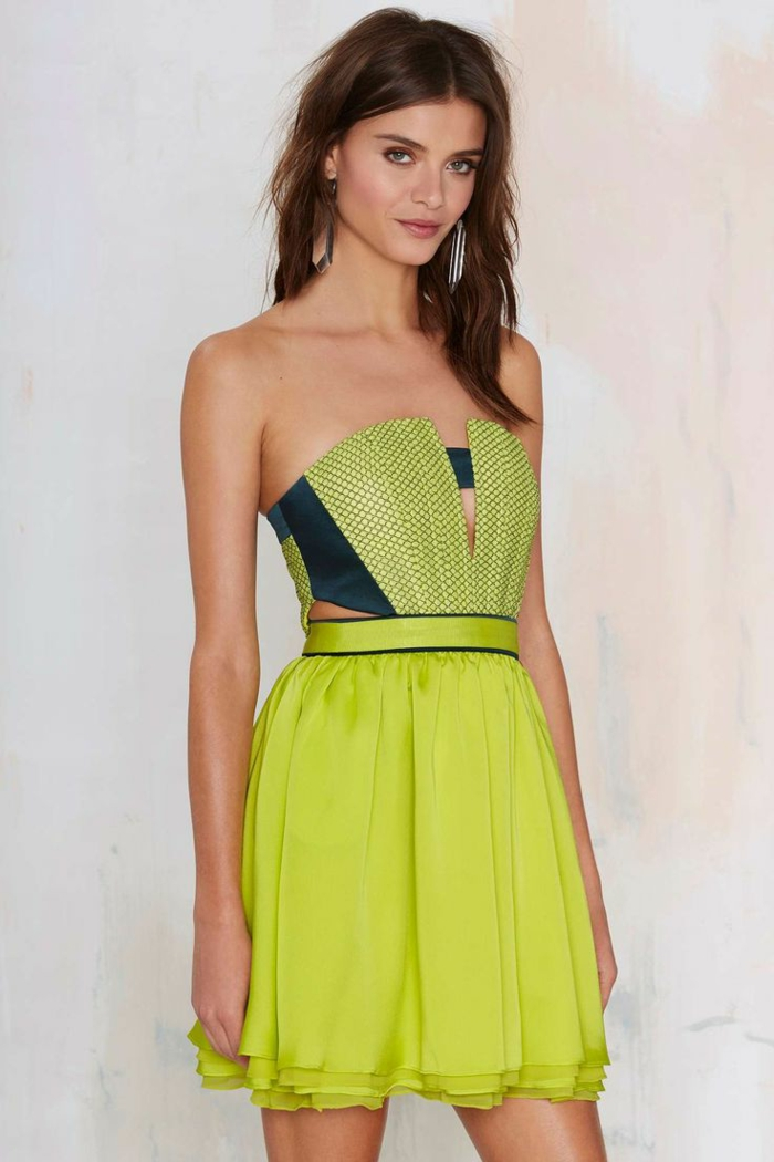 1-robe-verte-fille-brunette-robe-d-été-courte-fille-brunette