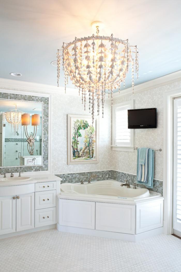 1-salle-de-bain-ancienne-carrelage-blanc-carrelage-retro-fenetre-baignoire-retro-blanc