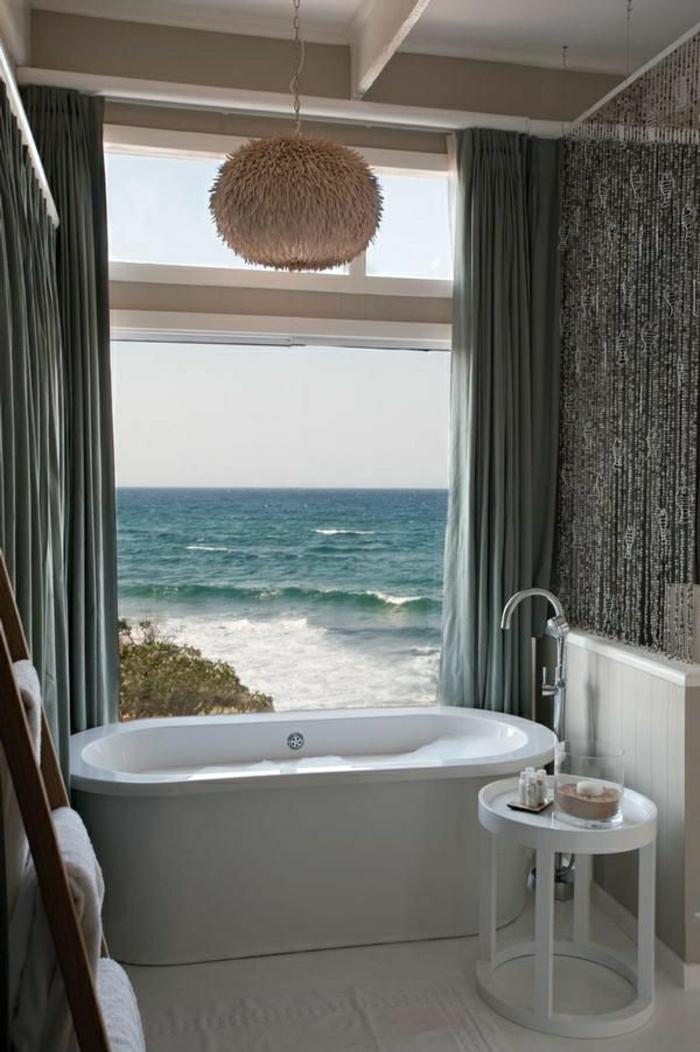 1-salle-de-bain-de-style-marine-décoration-marine-grande-fenetre-belle-vue-vers-la-mer