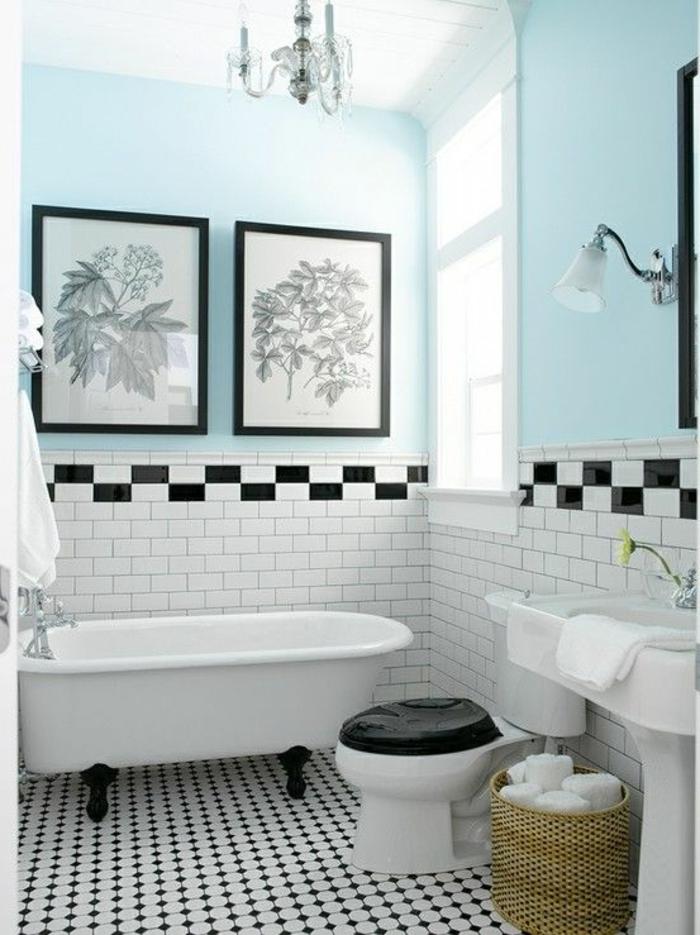 1-salle-de-bain-rétro-carrelage-blanc-noir-mur-bleu-ciel-baignoire-blanc-lustre-baroque