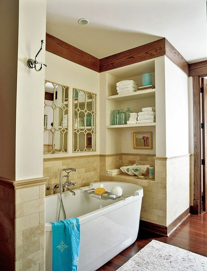 1-salle-de-bain-rétro-sol-en-parquet-tapis-beige-baignoire-blanc-mur-beige-carrelage-murale
