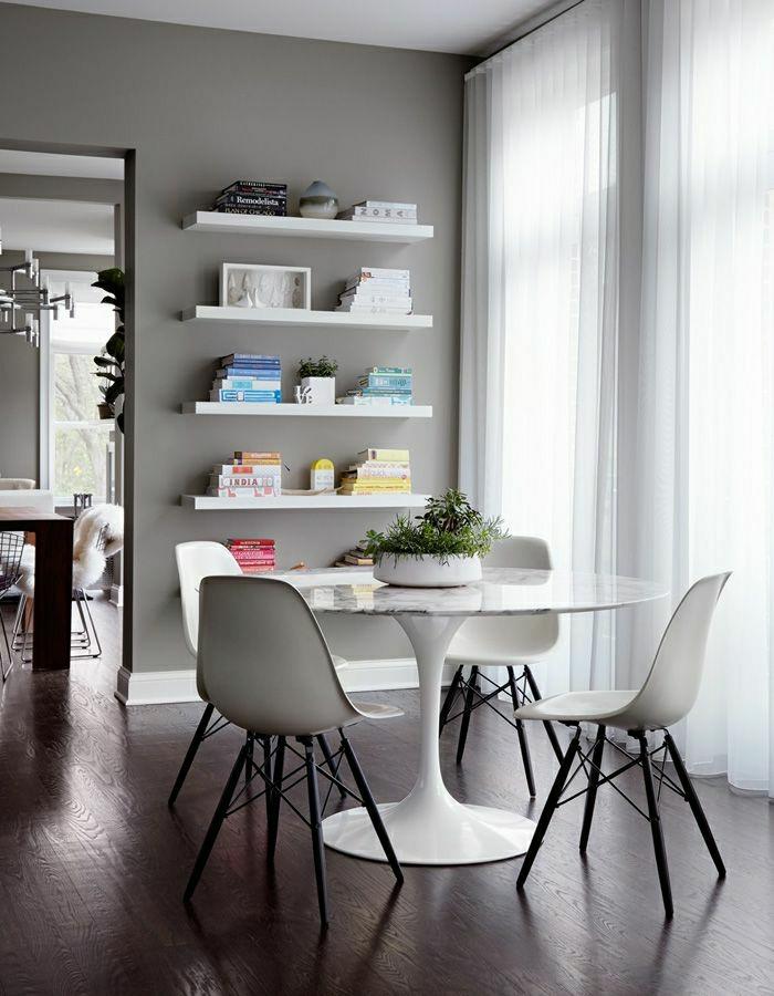 1-salle-de-séjour-table-tulipe-blanche-en-plastique-table-ronde-ikea-chaises-blanches-en-plastiques-parquet