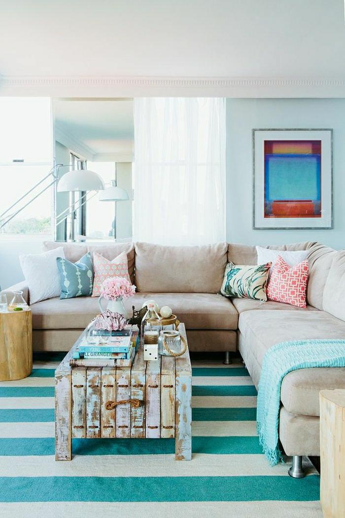 1-salon-aménagement-couleur-turqoise-table-basse-de-salon-palette-tapis-bleu-beige