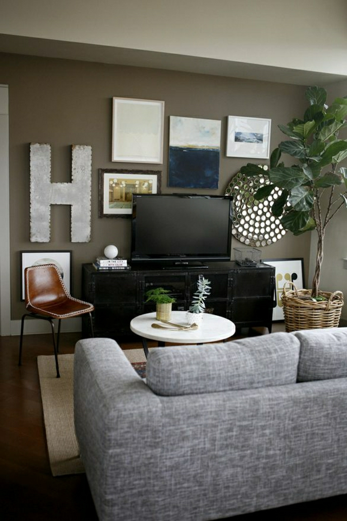1-salon-de-couleur-foncé-meuble-télé-ikea-design-mur-marron-salon-design-canapé-gris-chaise-en-vuir-marron