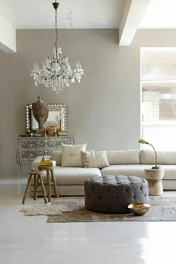 1-salon-moderne-couleur-taupe-mur-taupe-canapé-taupe-lustre-baroque-table-de-salon
