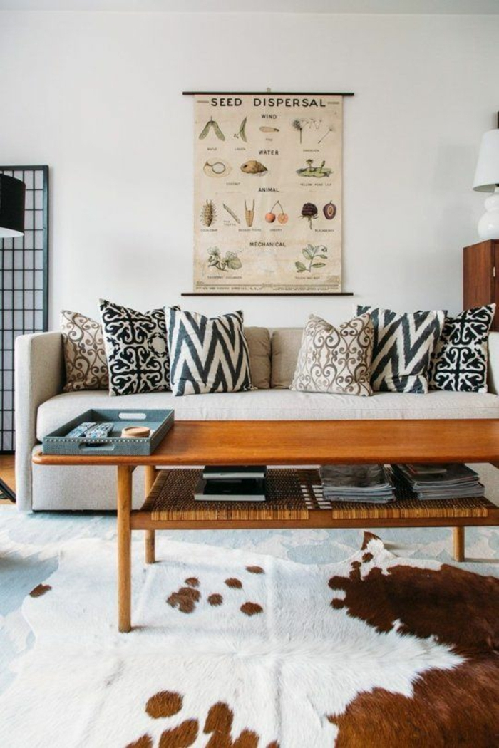 1-salon-moderne-lumineux-mur-blanc-table-de-salon-en-bois-canapé-beige-tapie-en-peau