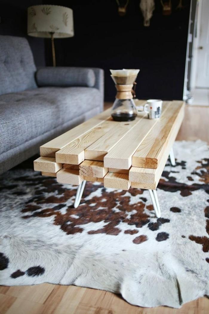 1-salon-moderne-tapis-peau-de-vache-tapis-en-peau-parquet-table-de-salon-en-bois