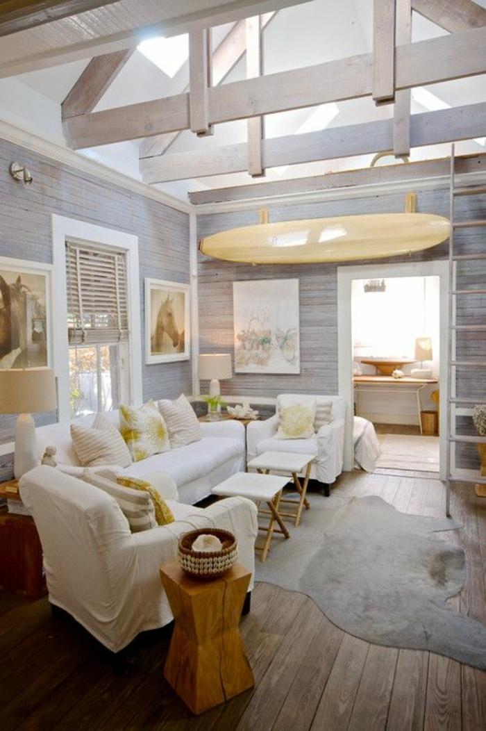 1-salon-tapis-en-peau-de-vache-gris-aménagement-salon-plafond-haut-en-bois-blanc