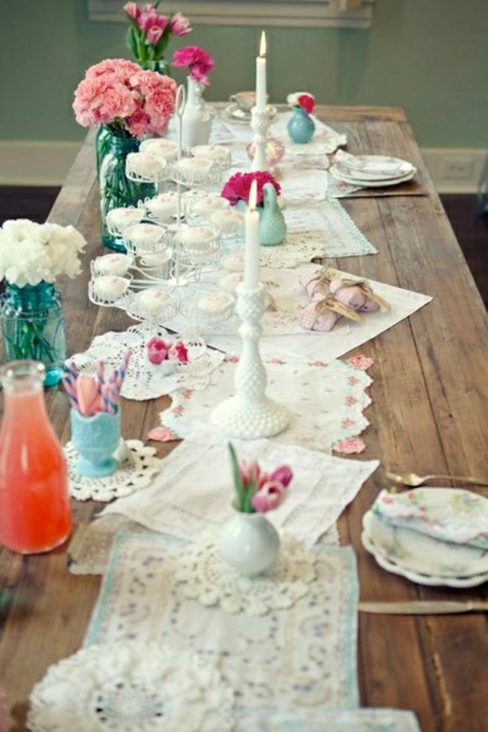 1-set-de-table-centre-de-table-élégant-bougie-fleurs-sur-la-table-en-bois