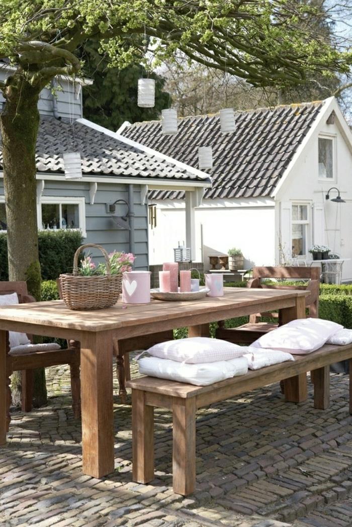 1-table-avec-banc-table-picnic-en-bois-fleurs-sur-la-table-ban-en-bois