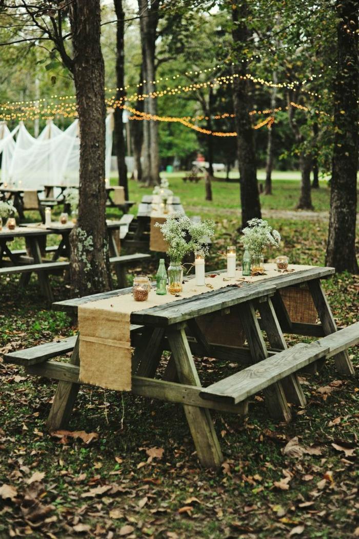 1-table-avec-banc-table-picnic-en-bois-fleurs-sur-la-table-chemin-de-table-beige-