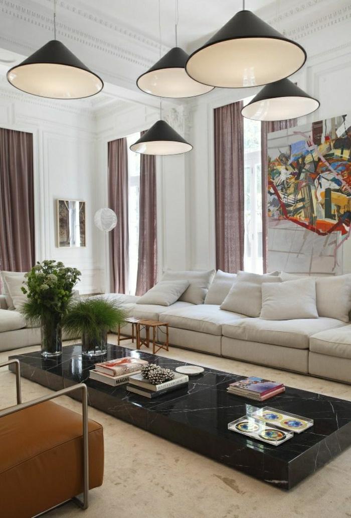 1-table-basse-marbre-noir-fleurs-sur-la-table-déco-de-luxe-rideaux-longs-sol-beige