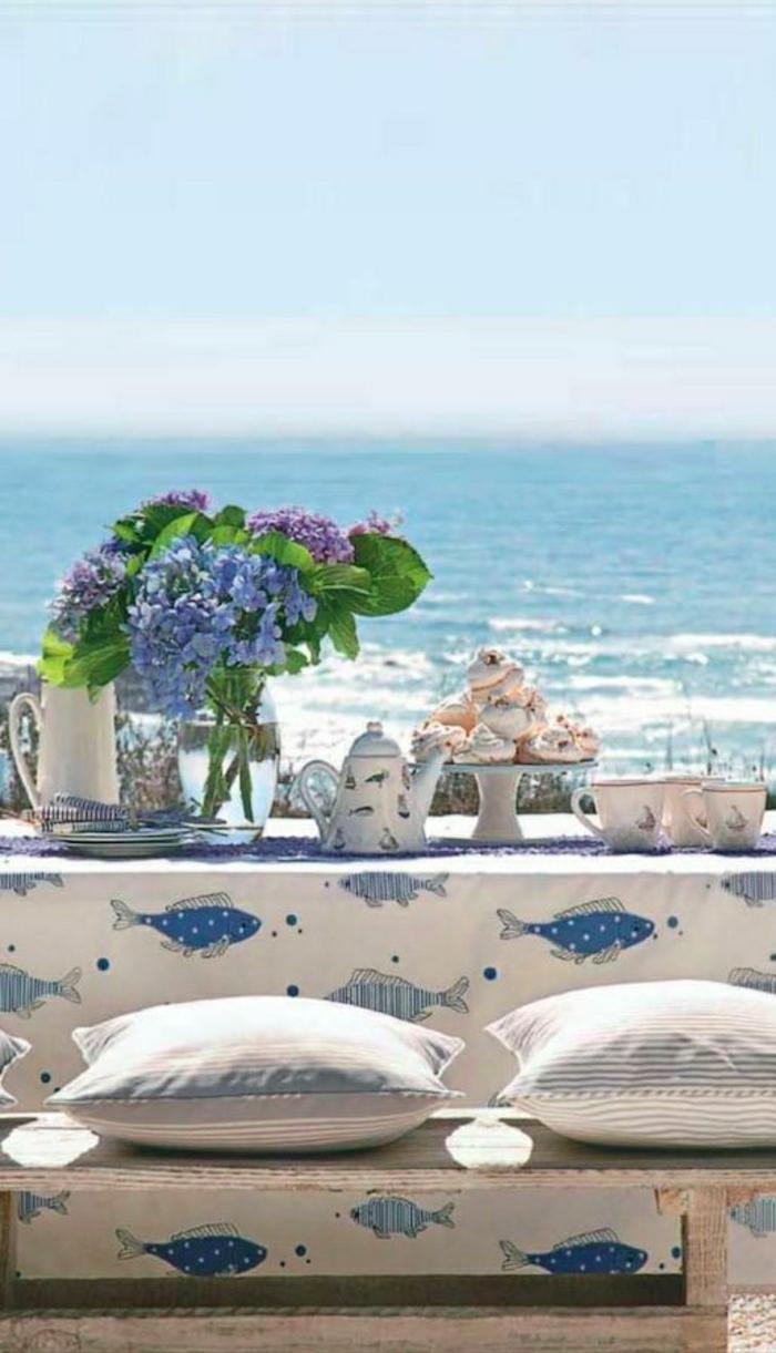 1-table-de-pique-nique-avec-fleurs-table-avec-belle-vue-vers-la-mer-nuages-bleus
