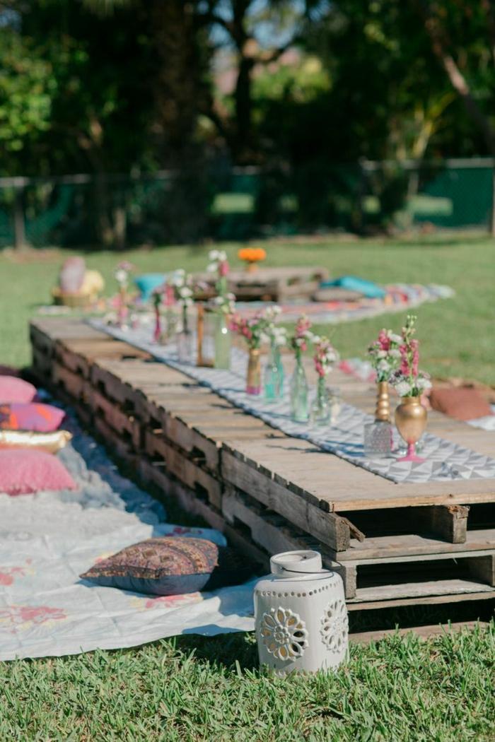 1-table-de-pique-nique-avec-fleurs-table-en-palette-en-bois-fleurs-coussins-décorés