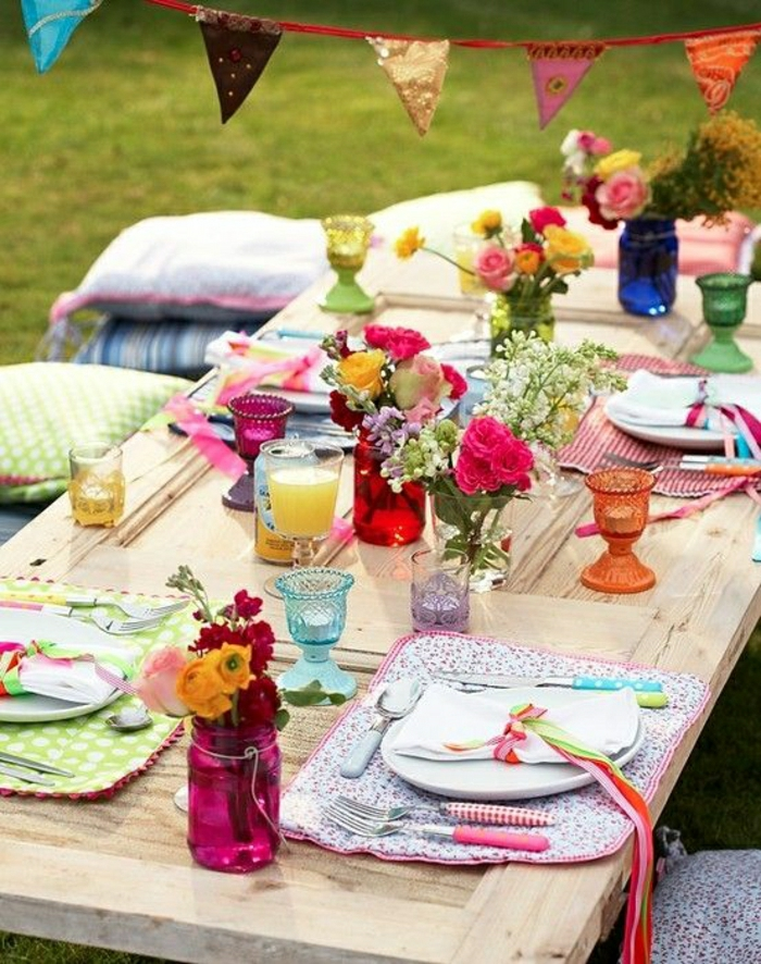 1-table-de-pique-nique-table-basse-en-bois-fleurs-assiette-fleurs-sur-la-table
