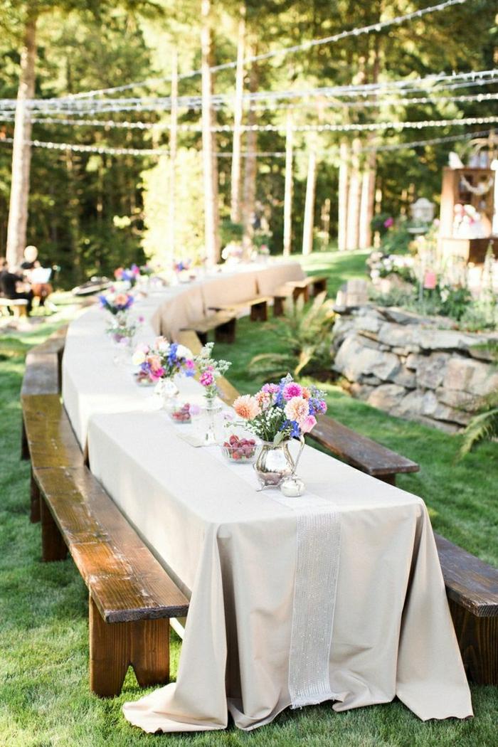 1-table-de-pique-nique-table-longue-en-bois-fleurs-sur-la-table-table-picnic-bois