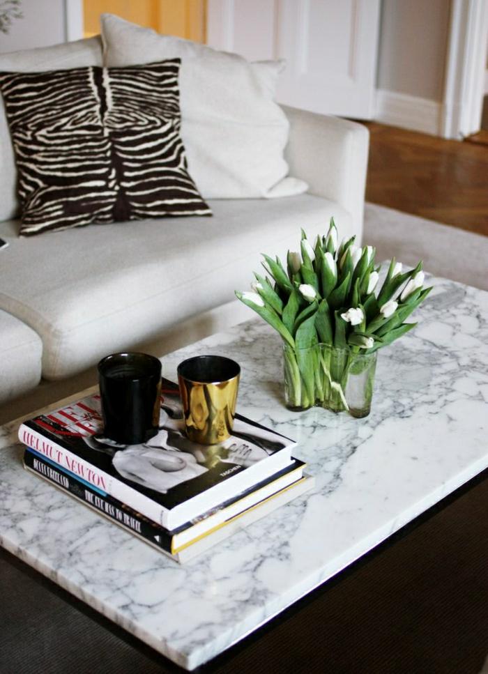 1-table-de-salon-en-marbre-fleurs-sur-la-table-coussins-colorés-dessins-imprimés-canapé