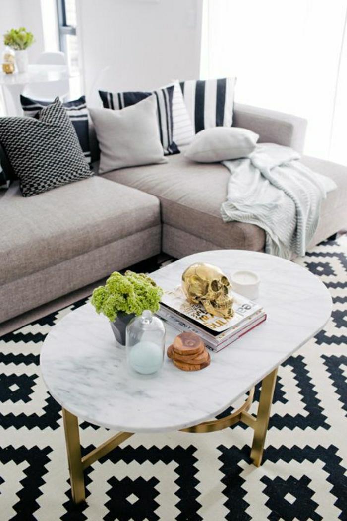 1-table-de-salon-en-marbre-fleurs-sur-la-table-tapis-blanc-noir-canapé-beige