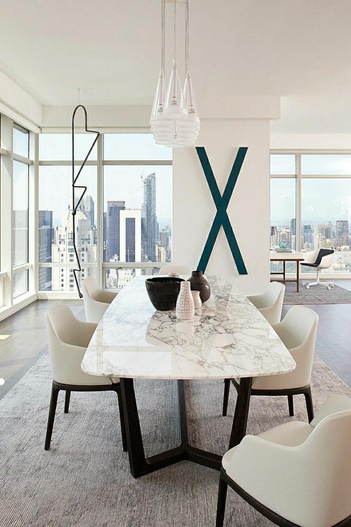 1-table-en-marbre-blanc-table-de-salle-de-séjour-sol-en-parquet-mur-blanc-fenetre-grande