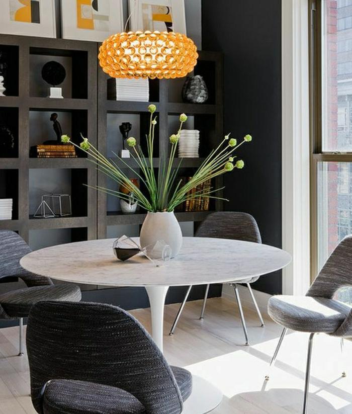 1-table-en-marbre-table-tulipe-fleurs-sur-la-table-chaises-gris-parquet-blanc