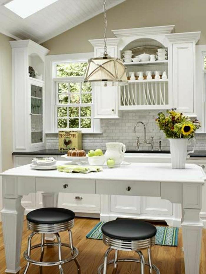 1-table-haute-bar-de-cuisine-blanc-chaises-hautes-noirs-fenetre-chambre-pleine-de-lumière