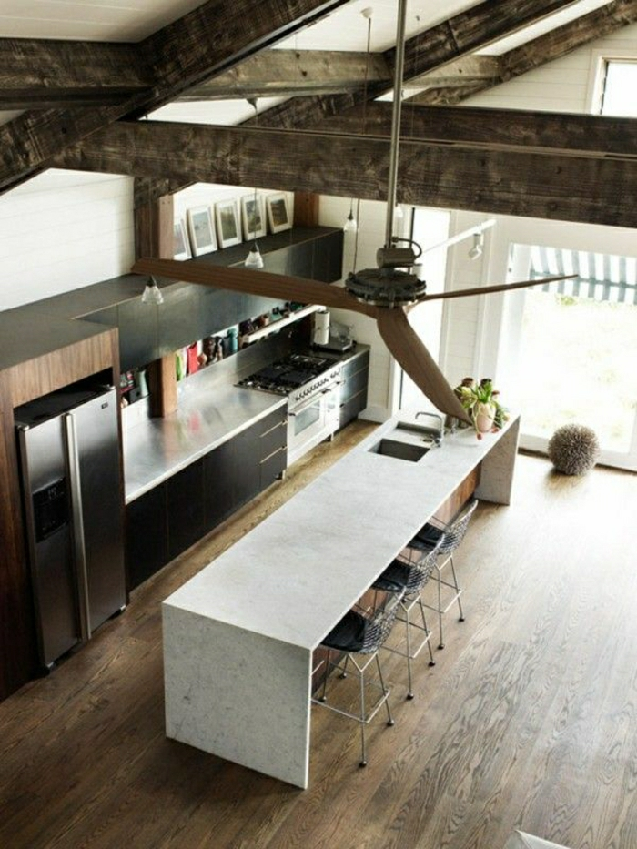 1-table-haute-de-bar-cuisine-moderne-vaste-plafond-haut-en-bois-table0enmarbre-blanc