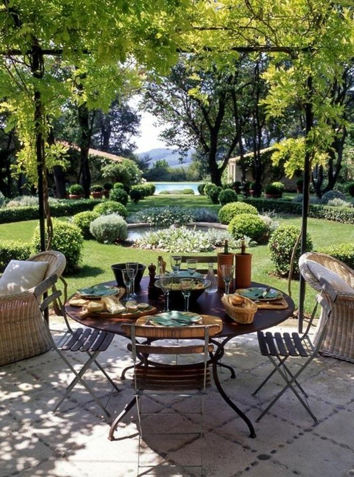 1-table-rustique-en-fer-chaises-rustiques-en-fer-jardin-ambiance-rustique-lac-décoratif