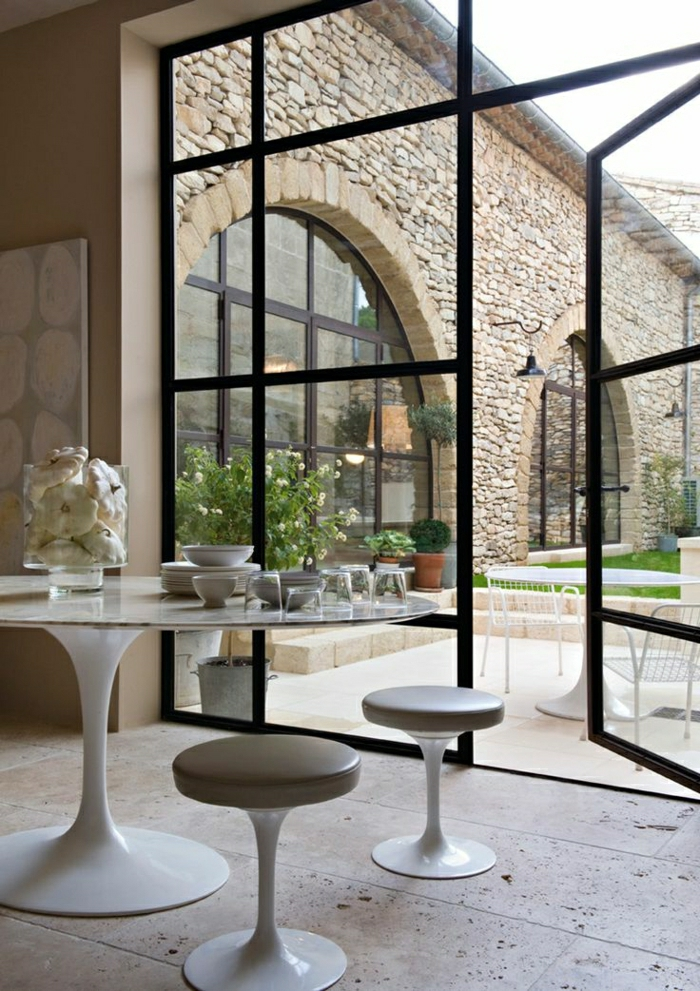 1-table-saarinen-fleurs-sur-la-table-aménagement-industriel-salle-de-séjour-vaste